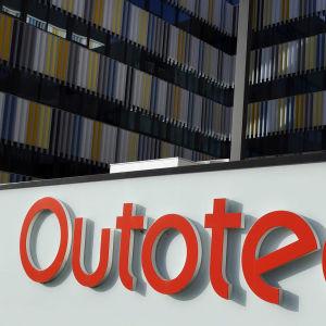 Bild av Metso outotecs logo vid en byggnad.