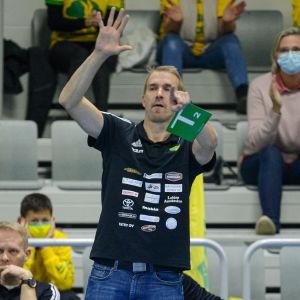 Marcus Sjöstedt pekar med handen.