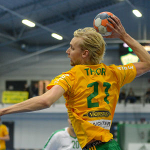Christoffer Thors skjuter ett hoppskott.