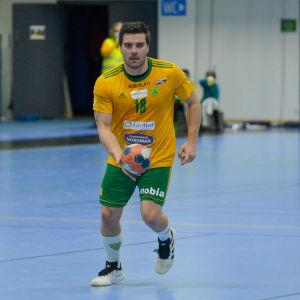 Filip Churlevski med bollen i handen.