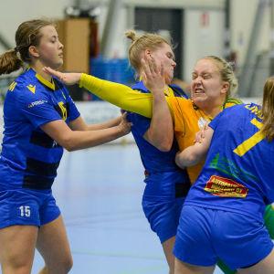 Moa Wasström stoppas av tre KyIF-spelare.
