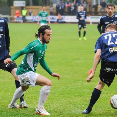 EIF:s Lucas Kaufmann trakasserar AC Oulus försvar.