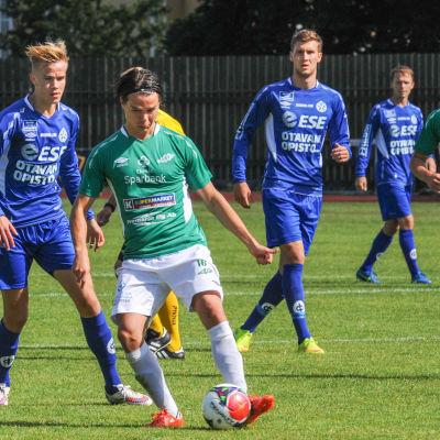 Lauri Bergström tar emot bollen i matchen mot MP.