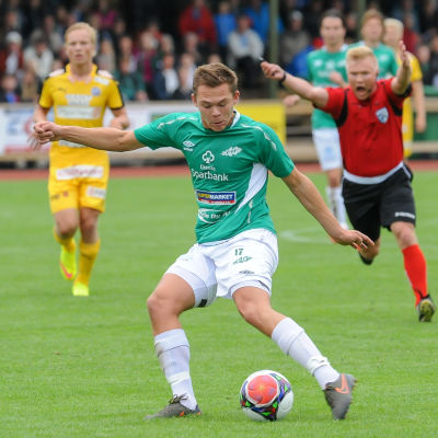 Zacharias Ekström skjuter iväg bollen.