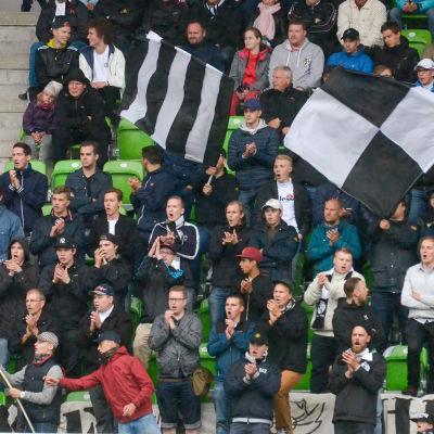 VPS-fansen firar på nya fotbollsarenan.
