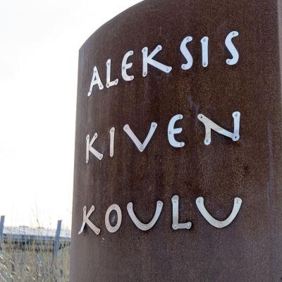 En skylt med texten Aleksis kiven koulu