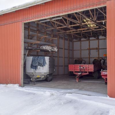 En hall med lantbruksmaskiner