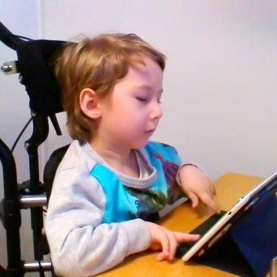 pojke i rullstol