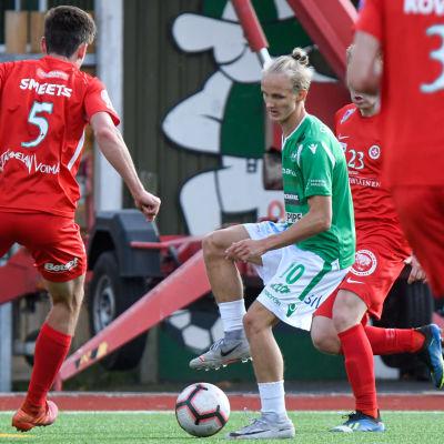 EIF:s Akseli Ollila har kontroll på bollen omringad av TPV-spelare.