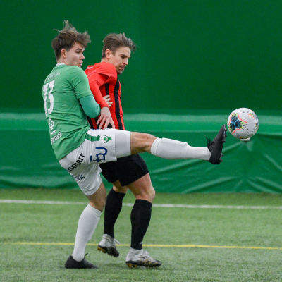 EIF:s William LIndqvist försöker nå bollen före PK-försvararen.