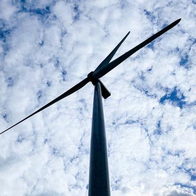 Tuulivoimalan siivet kuvattuna taivasta vasten Tyrinselän tuulivoimapuistossa