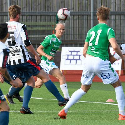 Bollen är i luften och flera spelare försöker nå den.
