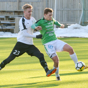 EIF:s Zacharias Ekström med bollen, Hakas Salomo Ojala täcker.