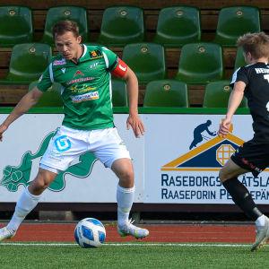 EIF:s Zacharias Ekström skyddar bollen mot MuSas Juho Heikkinen.