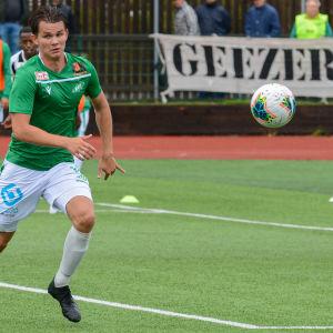 EIF:s William Lindqvist springer efter bollen.