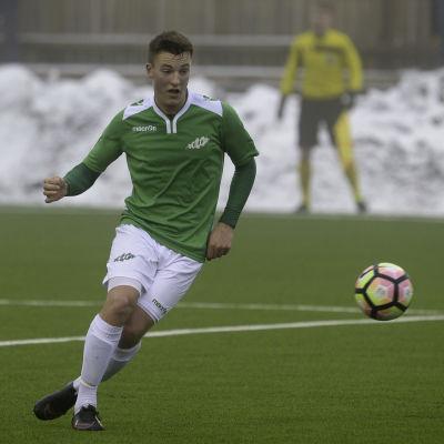 En fotbollsspelare som ser en fotboll komma flygande.