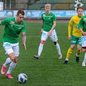 Juuso Liukkonen springer med bollen.