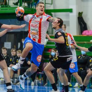 BK:s Nico Rönnberg skjuter ett hoppskott.