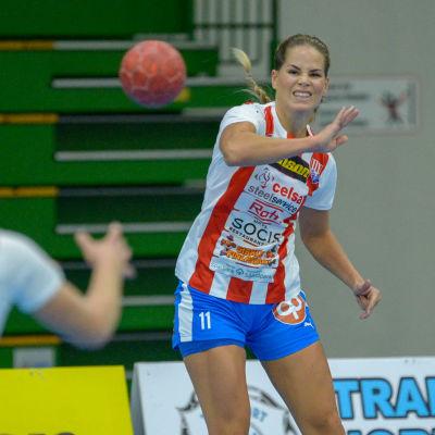 Alexandra Rönnberg passar bollen till en medspelare.