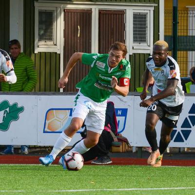 Zacharias Ekström rusar efter bollen.