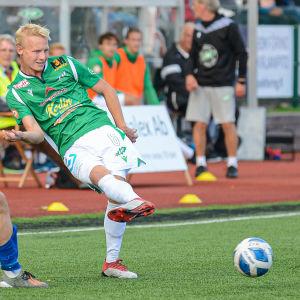 EIF:s Riku Selander sparkar bollen.