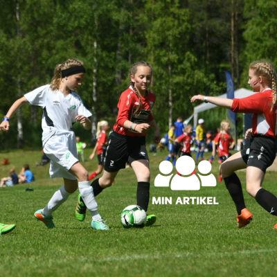 Tjejer som spelar fotboll.