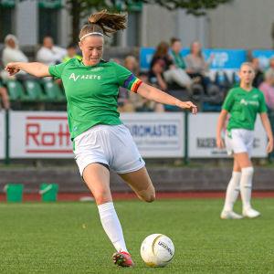 EIF:s Felicia Gröning sparkar bollen.