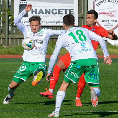Bild på fotbollsspelare i grönvitt och rött