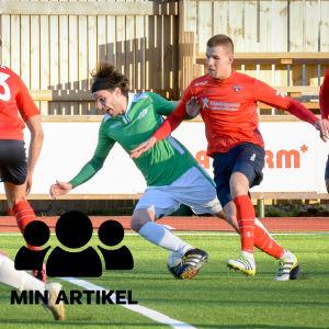 Herrar spelar fotboll.