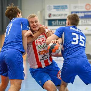 En spelare vill förbi några försvarare.
