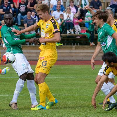Fotbollsmatch mellan Ekenäs IF och TPS på Centrumplan. De grönvita spelarna är Boubacar Kinda och Ville Sevon.