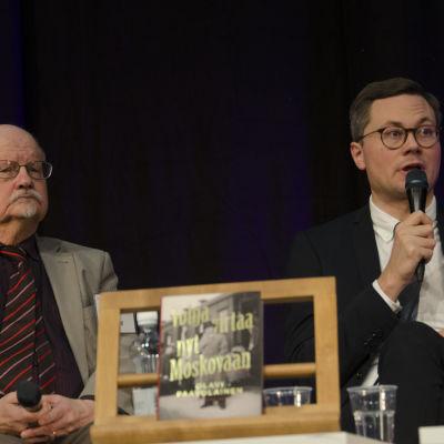 Ville Laamanen ja H.K. Riikonen keskustelevat Helsingin Kirjamessuilla 2016