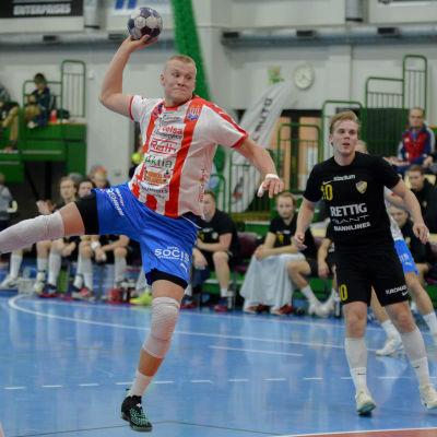 Robin Sjöman skjuter ett hoppskott.