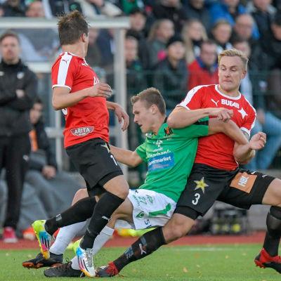 Matchen mellan EIF och HIFK bjöd på tufft spel.