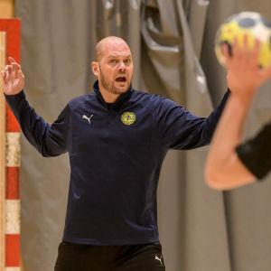 Petter Forsström talar till spelarna.