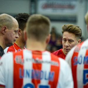Andreas Rönnberg omringad av bk-spelare.