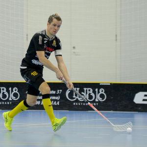 En spelare springer med bollen nära klubbladet.
