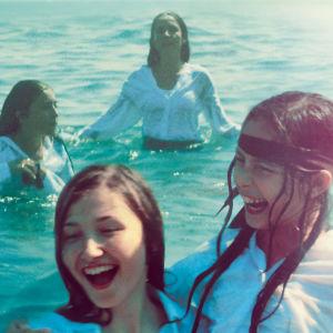 Tytöt uivat iloisina meressä. Kuva elokuvasta Mustang.