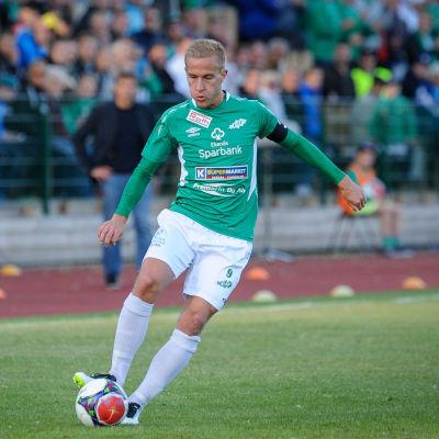 Ekenäs IF:s Johan Estlander med bollen. I bakgrunden syns två FF Jaro-spelare.