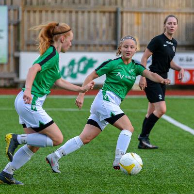 EIF:s Alma Lindholm (till höger) och Sofia Fagerström springer före några motståndare.