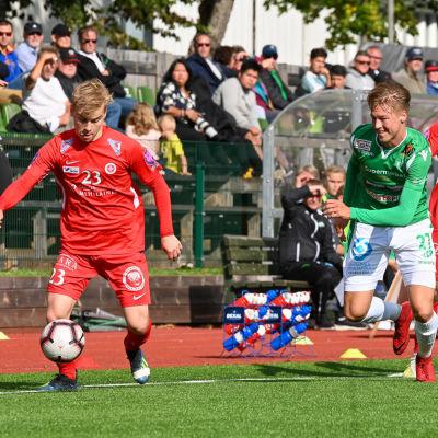 EIF:s John Fagerström jagar bollen.