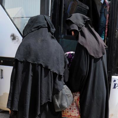 Kvinnor stiger ombord på en buss i al-Hol-lägret i Syrien.