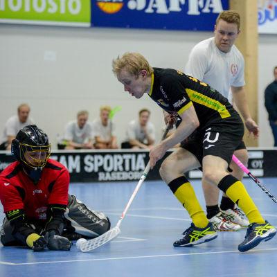 Roni Saarinen lite sent ute, KD:s målvakt Edi Törmälä lägger vantarna på bollen.
