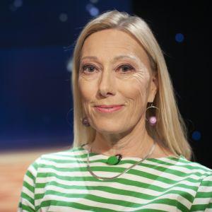 Sophia Jansson sitter i Daniel Olins tv-studio, närbild.