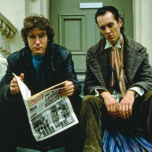 """Paul McGann (""""I"""") ja Richard E. Grant (Withnail) istuvat rappusilla elokuvassa Withnail and I (Onnen kiertolaiset)"""