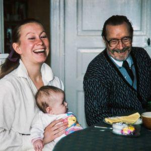 Marja Sakari isänsä Aimo Sakarin ja tyttärensä Jennin kanssa.