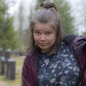 Pian valmis puutarhuri Salla Tölli haravoi Temmeksen kirkkomaata.