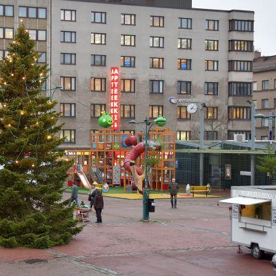 Porin kauppatorin joulukuusi mallia 2015 on kahdeksan metriä korkea. Kuusi on kaadettu Vähärauman kaupunginosassa sijaitsevasta yksityispihasta.