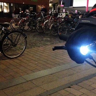 Lamppu polkupyörän ohjaustangossa.