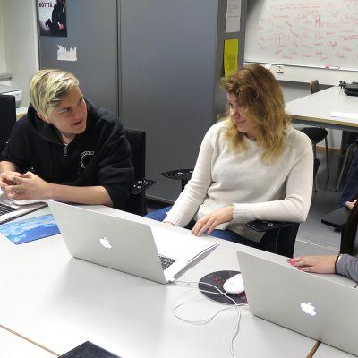Oppilaita tietokoneiden ääressä medialuokassa.